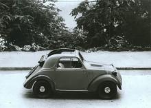 På 1930-talet hade man ännu inte kommit på att en minibil blir betydligt rymligare om också hjulen är små. Tygtak sparade plåt och gav bra ventilation.