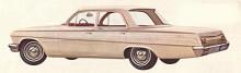 1962 års Chevrolet Biscayne hade samma grundkaross som dyrare Impala men var mer nertonad utan extra krom eller grälla färger. Navkapslarna var små och täckte endast hjulcentrum.