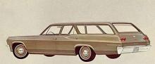 Biscayne 1965: Även en stationsvagn fanns i Biscayne-utförande med obligatoriskt små navkapslar och endast två baklysen per sida mot Impalas mer slösande tre baklysen.