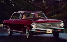 Chevy II Nova 400 series. Denna hardtop fanns mellan 1962-65 - på bilden 1965 - men även som fyradörrarsbil, cabriolet och i kombiversion. En rak sexa var standardmotor. När det skohornades ner en V8 ändrades antalet hjulbultar från fyra till fem.