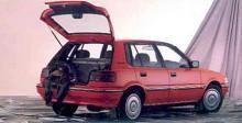 """I slutet av 1980-talet började Holden Nova produceras i Australien. Den var frukten av ett samarbete mellan GM och Toyota och var i praktiken en Corolla med Holden-emblem. Den fanns som sedan och som femdörrars halvkombi och tillverkades fram till 1996 i två generationer. Holden Nova var ingen succé, kunderna föredrog """"the real thing"""" i form av Toyota Corolla som också såldes i Australien. Holden Nova lades ned 1996 och ersattes av Astra, en Australientillverkad Opel Astra."""