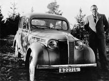 April 1943. Gustav Melin bor fortfarande i Sverige men börjar redan nu dokumentera sina vänner och bekanta vid sina bilar. Einar Asp från Stockholm har backat upp sin Renault Juvaquatre -38 i en skogsbacke.