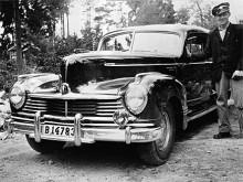 Augusti 1947. I Stuvsta söder om Stockholm står Tage Lansfeldt vid en årsgammal Hudson Commodore 1947.