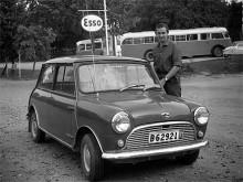 April 1964. Det har gått 15 år sedan familjen Melin flyttade till USA men de är tillbaka på semesterresa. I ISigtuna får de Bengt Lindberg att posera vid sin Austin 850 -64.