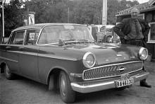 Maj 1964. Sigtuna igen, taxichaufför Einar Rydh vid en nästan ny Opel Kapitän med vagnmärken i fronten.