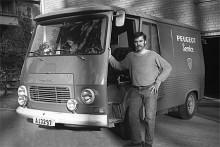 April 1971. Leif Lindkvist vid Peugeotverkstadens servicebil, någonstans i Stockholmstrakten.