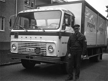 April 1971. Gus Melin var mycket intresserad av kommersiella fordon och det tackar vi för. Hur många bilder finns det annars på Pripps-lastbilar som denna Volvo F84? Ivar Gustavsson heter chauffören.