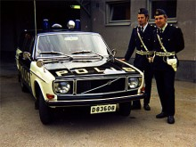 April 1971. Nyköpingspolisens Volvo 145 E -71 ville Gus givetvis plåta. Polismännen Hans Andersson och Ingvar Lindqvist ställde gärna upp.