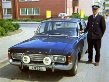 Augusti 1971. Ford Taunus 17m var vanliga som taxi. Nu är vi i Uppsala och föraren heter Melker Lundin.