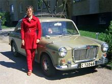 Augusti 1971.MG 1300 Mk II hade samma motor som Cooper S men var lite större. Lisbeth Jonsson i Uppsala körde en 70:a med takräcke.
