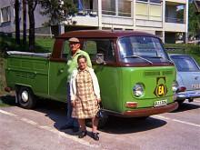 Augusti 1971. Bredvid en Vauxhall Victor Estate har Gunnar och Bertha Melin backat in sin (eller firmans?) Volkswagen T2 dubbelhyttspickup. Plats: Sigtuna.