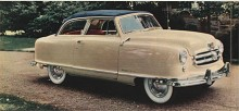 Även den lilla Rambler som kom 1951 hörde till familjen Airflyte. Med de höga plåtsidorna, de små hjulen och den lilla suffletten förde Rambler tankarna till 1940-talets strömlinjeformade barnvagnar.
