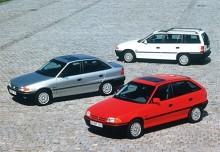 Men är det inte tre stycken Opel Astra? Jovisst, här visar alla tre karossversionerna av den nya Astran upp sig 1991.