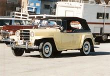 Från 1950 spenderade Willys en mer krontyngd grill på sina bilar. Här en Jeepster på ett nutida bilmöte i USA. De flesta restaurerade är gula och svarta.