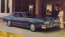 En Mercury Montego Brougham från 1976 i epokens svulstigt utsvävande stil, bortglömd systerbil till Ford Gran Torino som blivit odödlig genom Clint Eastwoods film med samma namn.