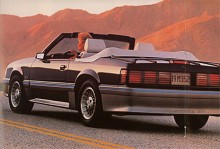 Även om fyror fortfarande erbjöds gick det åter att få en V8 som i denna 86:a.