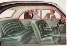 Pathfinder hade en vårdad inredning i läder och träpaneler. På högerstyrda bilar satt växelspaken liksom på samtida Rolls-Royce och Bentley till höger vid dörren.