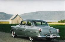Att en Pontiac Pathfinder av 1953 års modell är en Chevrolet med andra lister är inte svårt att se. Canada hade höga tullar mot den stora grannen i söder och GM liksom Ford och Chrysler byggde bilar av speciellt, ofta förenklat utförande för den kanadensiska marknaden.