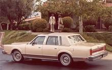 Kantiga linjer, stora överhäng och plottriga detaljer karaktäriserade Town Car av den första generationen. Motorn var Fords 302:a, större fanns inte i oljekrisens spår.