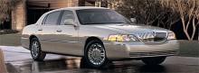 Den tredje och ännu aktuella generationen saknar föregångarnas starka karaktär och ser ganska anonym ut. USA:s mest populära chaufförskörda bil är den ändå.