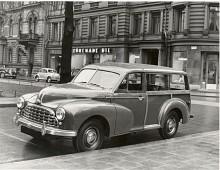 Den första Morris Traveller kom på hösten 1952 och höll ut till våren 1954. Det var en engelsk woodie baserad på Oxford series MO. Det här är ett tidigt exemplar fotograferat på Karlavägen där generalagenten Förenade Bil hade sin stockholmsfilial.