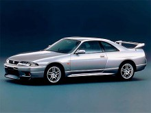 De lyckade designelementen från R32 sparades och mjukades upp en aning på efterträdaren R33 presenterad 1995. Konstant fyrhjulsdrift och den första Skyline av högprestandatyp som såldes utanför Japan. Storbritannien blev en avgörande marknad, mycket på grund av att bilen endast tillverkades högerstyrd.