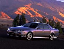 1998 års R34 innebar mindre uppdateringar rent teknisk men mer utseendemässigt. Fanns som fyrdörrars och fortfarande lätt att trimma för ytterligare effekt.