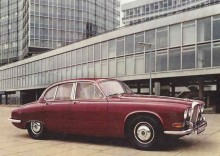 Daimler Sovereign såg ljuset 1966 och var en ommärkt Jaguar 420 med vågor i grillen. Jaguar 420 var i sin tur en uppdaterad S-Type som i sin tur byggde på Jaguar Mk2.