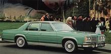1977 skalades Delta 88 tillsammans med sina syskon i den amerikanska GM-familjen ned och formgivningen blev stramare. Detta är 88 Delta Royale 1978.