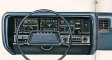 1969 har formgivningen blivit svulstigare och det gäller även instrumentpanelen. Förutom hastighetsmätare finns bara ett instrument, tankmätare. För allt annat gällde varningslampor, kallade idiot lights av Tom McCahill, den då tongivande biltestaren.