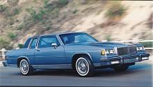 LeSabre knallar på och säljer hyggligt till dem som inte kan tänka sig en compact och ännu mindre en importbil. Det är inte bara downsizing som är nytt i Detroit, modellförändringarna sker inte lika tätt som tidigare. Detta är en 85:a, sista året för den kaross som infördes 1977.