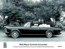 Det finns ett säkert sätt att avgöra om en bild på en Rolls-Royce är att betrakta som officiell, tagen för PR-ändamål eller liknande av fabrikens hårt hållna fotograf. Tips: titta på navkapslarnas RR-emblem.  Den första generationen Corniche tillverkades 1971-85. Under perioden sträcktes hjulbasen ut med knapp två centimeter, vilket kan vara bra att känna till. För den som inte bär med sig tumstocken går det också bra att kika på stötfångarna. Krom är detsamma som generation 1.