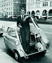 Inte ens en BMW Isetta kan orsaka några bestående veck på Cary Grants kostym.