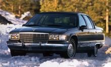 De flesta klassiska Cadillacnamnen skrotades i början av 2000-talet. Det krävdes nya signaler till marknaden med rappare modellbeteckningar. Från och med nu heter modellerna trista saker som STS, CTS XLR, DTS och Escalade, en fullkomligt sinnesjuk modell. En Cadillac med flak.  1996 tackar Fleetwood för sig som ordinarie modellnamn.   Bilen på bilden är årsmodell 1994. Året innan gjorde Cadillac ett kullerbyttsliknande byte där Fleetwoodnamnet hoppade från den framhjulsdrivna DeVille-seriens kaross, den så kallade C-body till den bakhjulsdriva D-body, samma som Chevrolet Caprice.   Det ovanliga skiftet gjorde att Fleetwood-fick tillbaka en hygglig dos pondus en kort tid innan modellnamnet gick in i historien.  Hur de 4 006 invånarna i Fleetwood, Pennsylvania reagerade över nedläggningsbeskedet förtäljer inte historien.