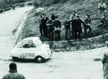 Det finns en kubikklass för alla. Med bakre hjulparet tätt ihop utgör hårnålskurvor inga problem, som här, vid Mille Miglia 1954.