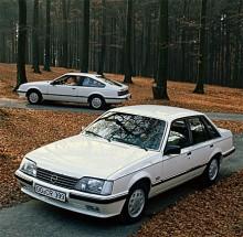 1984 uppdaterades karossen något, experterna pratar om Senator A2. I bakgrunden står förstås en Monza.