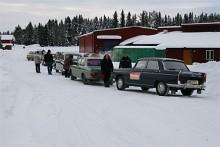 Berit Olofsson och Björn Jönsson huttrade i kylan intill vår redaktionsbil som trots kylan bjöd på bra värme i coupen.