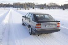 Där borta i skogsbrynet, ligger det inte en bil i diket? En vit sedan. Nått bakhjulsdrivet, svenskt.