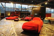 I den stora Alfa Romeo-montern arbetas det frenetiskt. Under de röda täckena döljer sig milstolpar i företagets historia. På hedersplats tronar den moderna 8C - med ständigt tjutande larm.