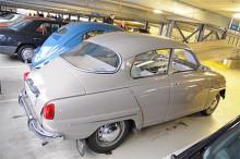 Jo visst är det en Saab! En 96 från 1964 i mycket gott skick. Bilen är svenskregistrerad som flera andra här i garaget och begärt pris är 9500 euro. Oavsett om det är optimistiskt i överkant eller inte visar det tydligt på prisskillnaden mellan Sverige och Tyskland.