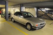 Massor av Mercedes E-klass men bara en BMW 5-serie. BMW 520i automat i vad som verkar vara nyskick. 4700 garanterade mil för 4500 euro. Nog var E34-serien extremt lyckad?