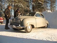 Johnny Andersson, med co-driver, i färd att packa upp fika vid halvtidsvilan på den Saab 92B som införskaffades för ca 2 år och som körs när andan faller på, oavsett årstid.