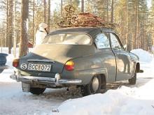 För alla eventualiteter har Daniel Löfbom fyllt på takräcket med diverse användbara vintertillbehör.