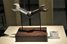 So British? Att slå knut på en BSF-nyckel? Konstverk gjutet i brons, inspirerat av Knotted Gun.