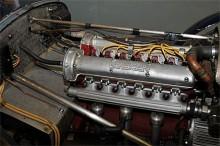 Inför dubbelkammotorn i Amilcar faller man lätt i trance.