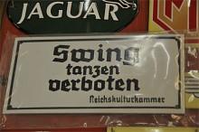 En tysk handlare sålde små fina emaljskyltar, nytillverkade förstås. I sortimentet ingick en skylt från tyskt 30-tal som förbjöd swingdans och en som varnade för att fienden tjuvlyssnade.