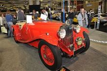 Genuin engelsk sportbil i något för ljus röd färg - AC 16/80 Competition Sports 1936. Renoverad på 90-talet i USA och flerfaldig vinnare i concours d'elegance. Såldes för € 159 580.