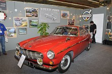 Den franska Volvoklubben blev nog först med att uppmärksamma 50 årsjubileet av P1800. Klubbens konstnär hade målat en hyllningstavla.