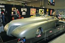 Som ur en Tintinserie stod den där. Denna enorma cabriolet var byggd redan 1938 efter ritningar av den franske konstnären Paul Arzens.