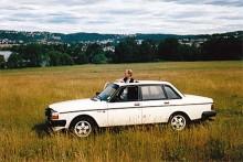 Även journaliststudenter måste ha ledigt ibland. Av någon anledning gilllade jag att köra ut vid klipporna i Vättersnäs med min 240 turbo när jag pluggade i Jönköping. Min kompis Gabriel Rådström spanar ut genom takluckan.